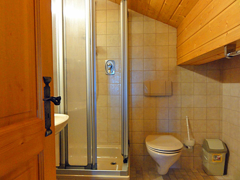 Badezimmer Dachgeschoss grün.jpg